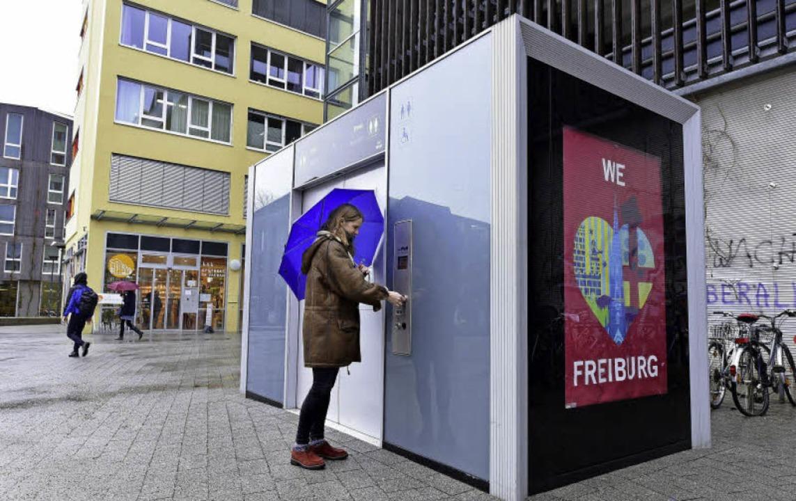 Seit kurzem steht die High-Tech-Toilet... allerdings der Geldeinwurf blockiert.    Foto: Thomas Kunz