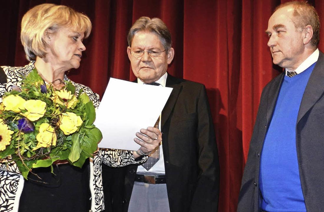Peter Schwab empfängt von Schulamtsdir...entlässt, rechts Schulrat  Kanstinger.  | Foto: Peter Stellmach