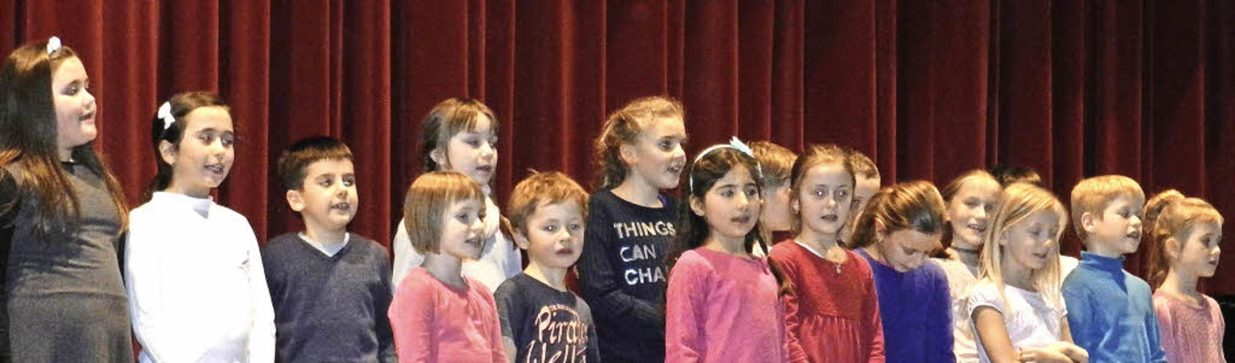 Der Chor der Grundschüler beim Auftritt für Peter Schwab   | Foto: Peter Stellmach