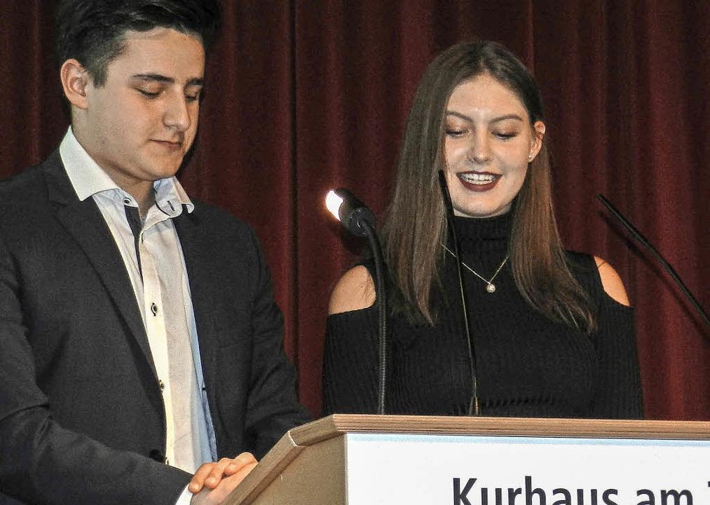 Die Schülersprecher Ingrid Kollert und...n die guten Wünsche aller Klassen vor.  | Foto: Peter Stellmach