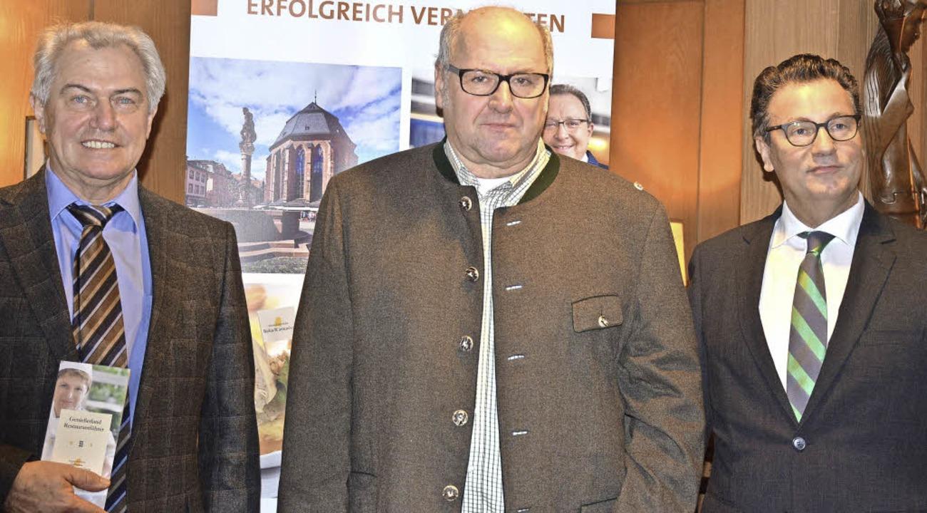 Dehoga-Vorstand Waldemar Fretz, Spielw...eßerland Restaurantführer (von links).  | Foto: Gabriele Hennicke