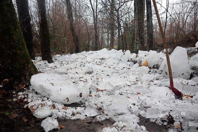 Eis blockiert Wasserläufe im Dreisamtal – und fordert die Feuerwehren