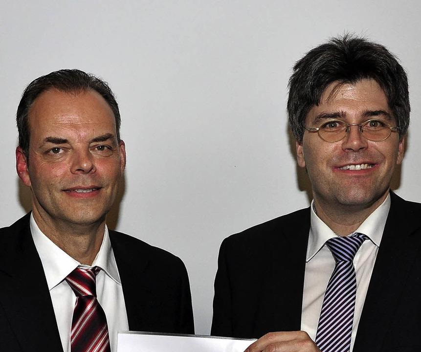 Stefan Dorfmeister wird von Landrat Martin Kistler geehrt.  | Foto: Stefan Pichler