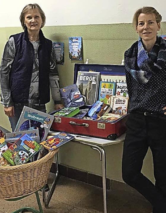 <BZ-FotoAnlauf>BUCHHANDLUNG LINDOW:</B...koffer wandert  von Schule zu Schule.   | Foto: Lindow