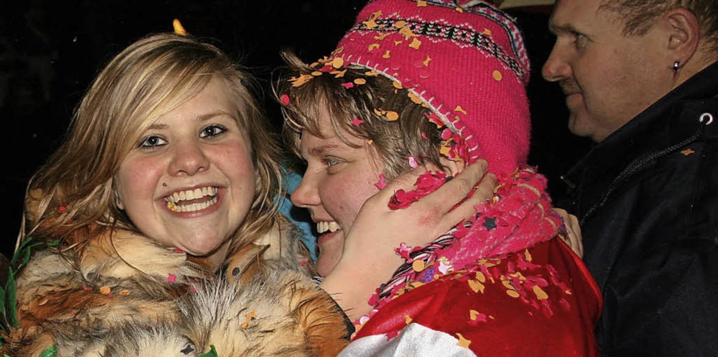 Da ist die Freude groß: Beim Nachtumzu...r anderen Zuschauer in Konfetti baden.  | Foto: Archivfoto: Peter Schütz