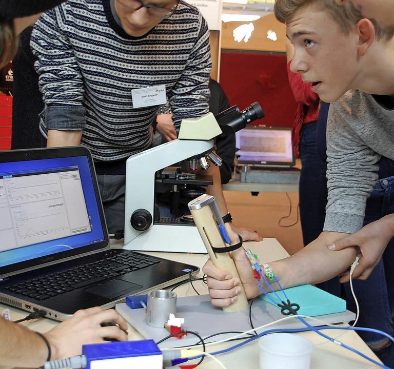 Junge Forscher in Straßburg messen Muskelkontraktionen.    Foto: Nückles