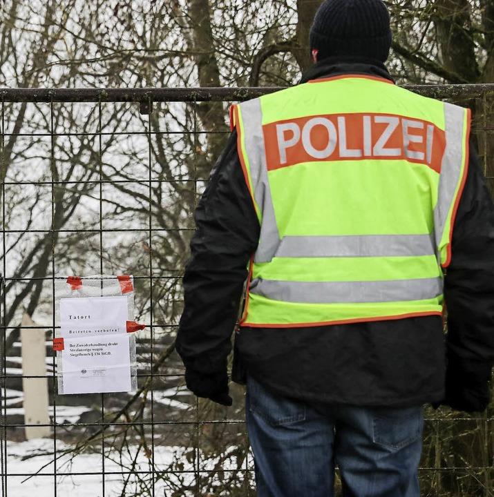 Polizist am Eingang der Gartenanlage     Foto: dpa