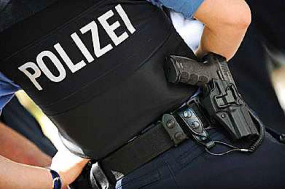Eine Polizeibeamtin bei einer Razzia (Archivbild)
