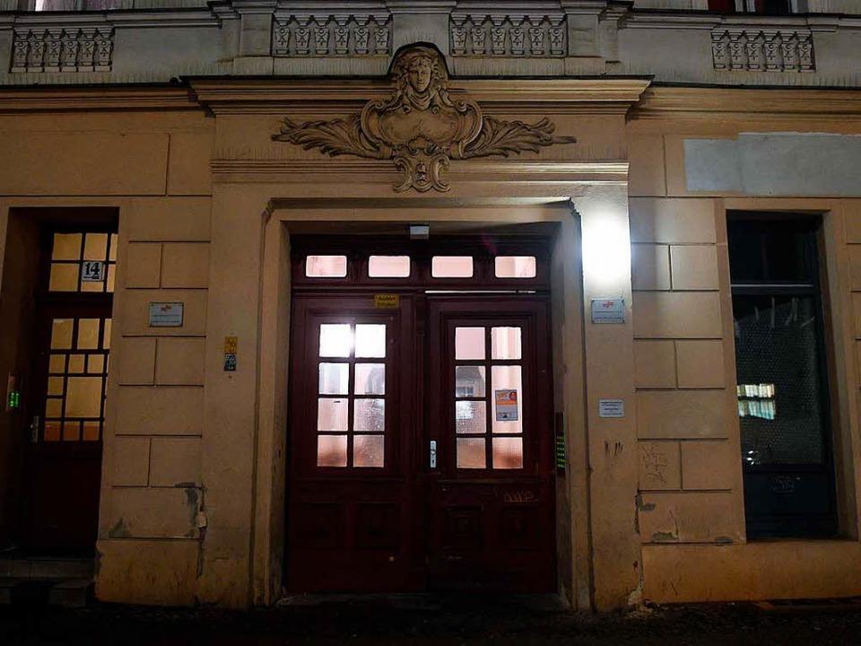 Der Hauseingang zu den Räumen des Mosc...g wurde auch diese Moschee durchsucht.  | Foto: dpa