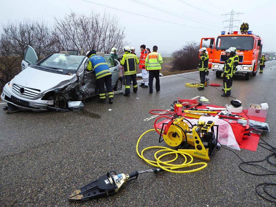 Die Feuerwehr musste eine eingeklemmte Frau aus ihrem Mercedes befreien.  | Foto: Helmut Seller