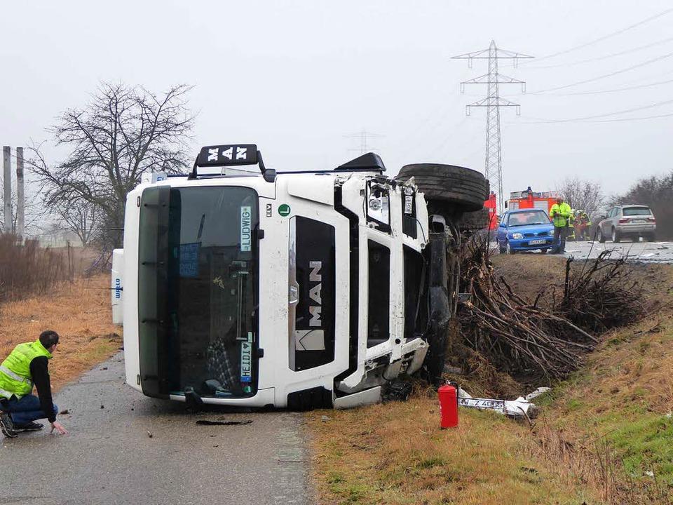 Ein Sattelzug kam von der B33 ab und s... parallel verlaufenden Wirtschaftsweg.  | Foto: Helmut Seller