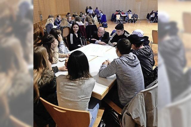 350 Achtklässler mit den Bürgermeistern am Tisch