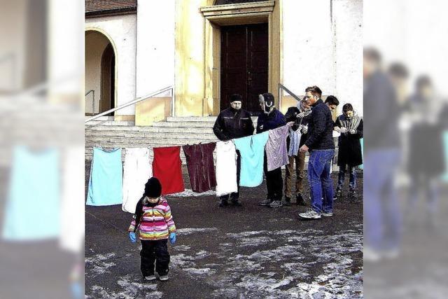 Mit dem Wäscheaufhängen auf dem Kirchplatz hat die Herdermer Dorffasnet begonnen