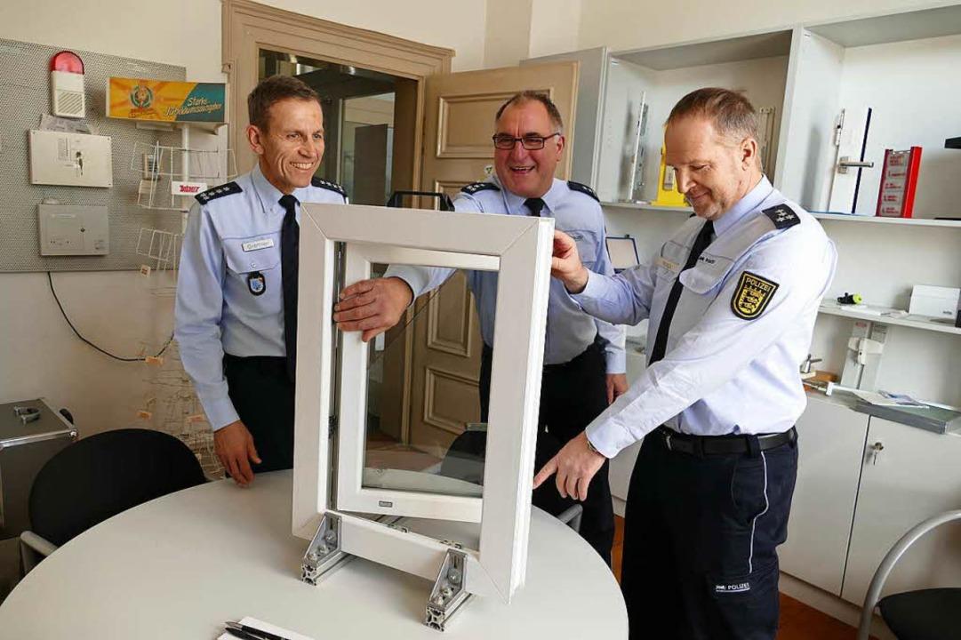 Wolfgang Grethler, Wolfgang Hanser und...Lörrach zeigen ein Sicherheitsfenster.  | Foto: Sabine Ehrentreich