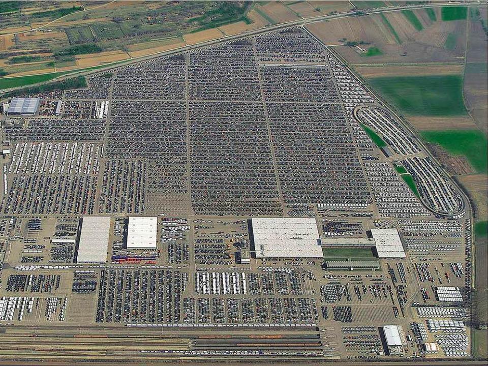 Auf einem bislang landwirtschaftlich g... Platz für 2000 Fahrzeuge  geschaffen.    Foto: Mosolf