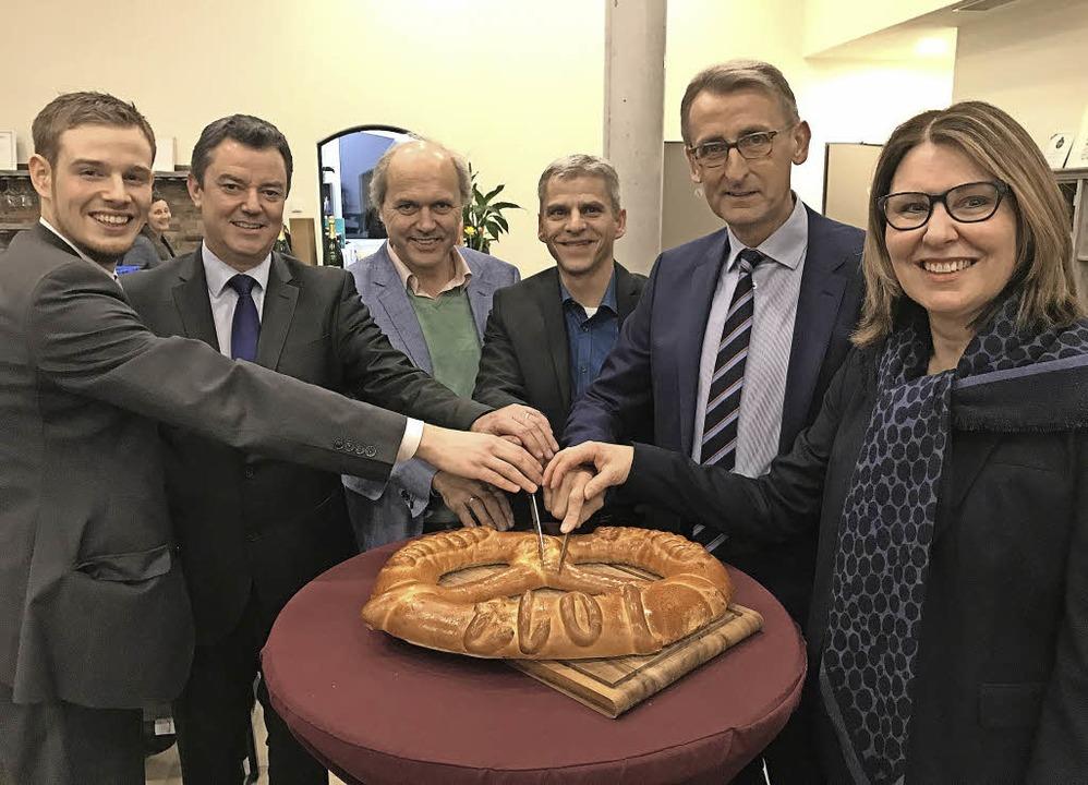 <BZ-FotoAnlauf>CDU Bad Krozingen: </BZ...tten gemeinsam die Neujahrsbrezel an.     Foto: CDU