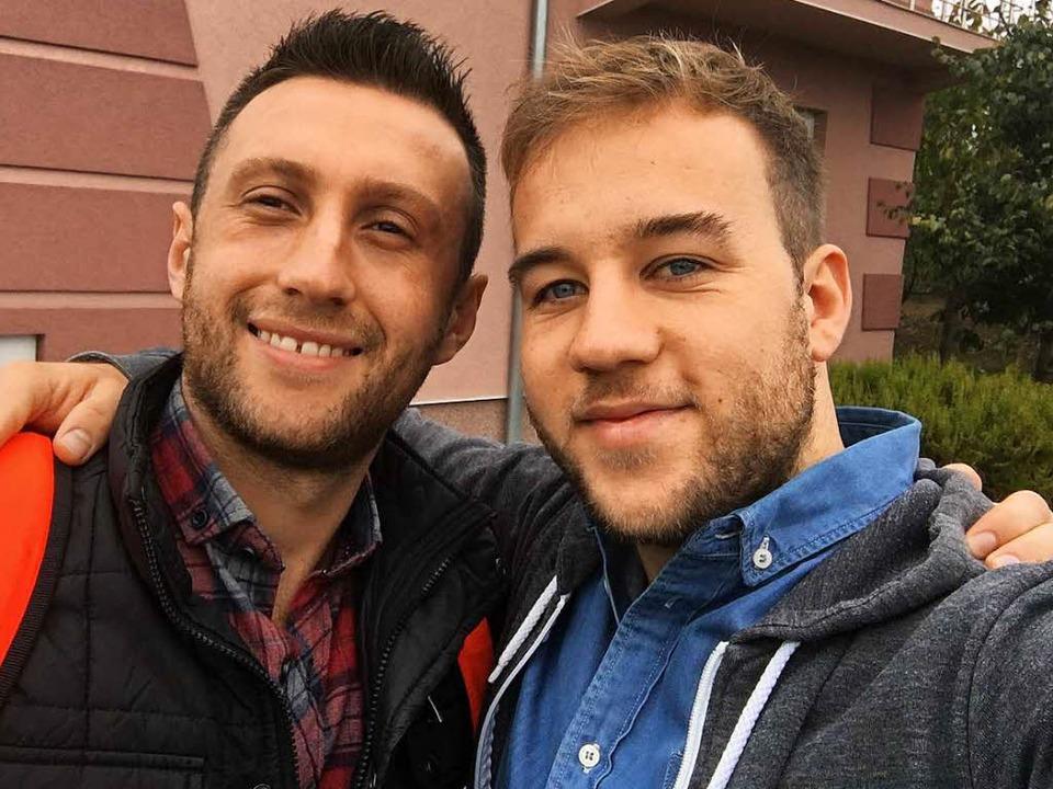 Wiedersehen nach fünfzehn Jahren: Kastriot (links) und Marius in Ferizaj, 2016  | Foto: Marius Buhl