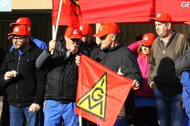 40 Mitarbeiter streiken bei GST Maulburg für höhere Textillöhne