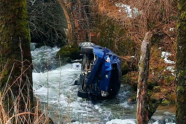 Auto kommt auf dem Schauinsland von der Fahrbahn ab und stürzt in einen Bach