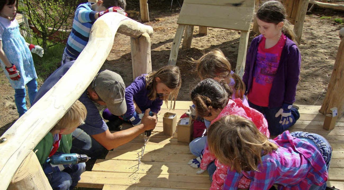 Wie hier auf der Freifläche in der Kit...dergartenkinder Hand in Hand arbeiten.    Foto: Bau-Werk