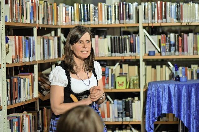Karla Krauß, Erika Weiß und Reinald Rickmeyer lesen in Müllheim