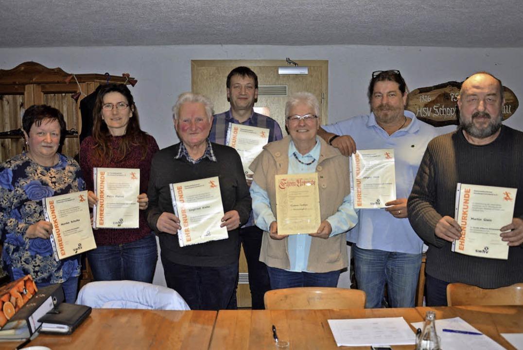 Ausgezeichnet: Für langjährige Mitglie...n und Martin Gisin geehrt (von links).    Foto: G. Diehl
