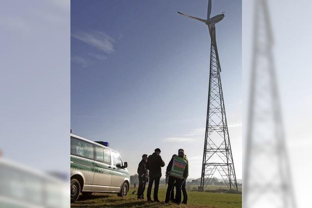 Flugzeug fliegt in Windkraftanlage, Pilot stirbt