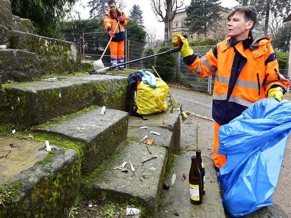 Zwei Mitarbeiter sind bei der Abfallwi...tändig, hier am Rand des Colombiparks.  | Foto: Thomas Kunz