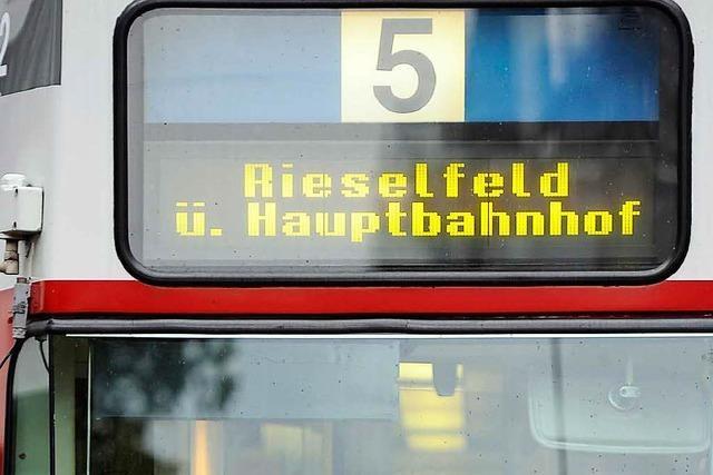 Autofahrerin stößt in der Breisacher Straße mit Tram zusammen