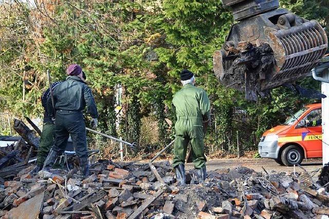 Kripo sucht in Schutt und Asche nach Spuren des vermissten Brandopfers