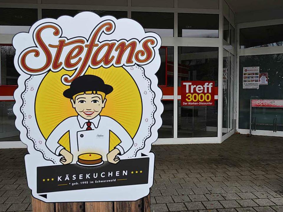Auf der ehemaligen Treff-Ladenfläche w...inder seine Käsekuchen-Produktion aus.  | Foto: Moritz Lehmann