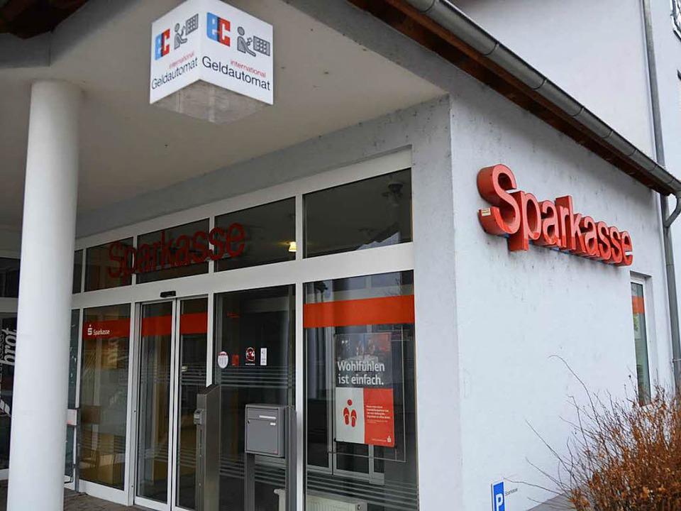 Die Zukunft des Sparkassen-Automaten ist ungewiss.  | Foto: Moritz Lehmann
