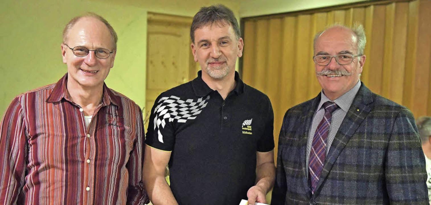 Achim Eggi (Mitte) wurde für 25 Jahre ...iger, Vorsitzender des ADAC Südbaden.   | Foto: Scheu