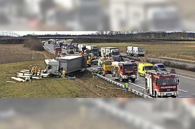 Zwei Lkw-Fahrer schwer verletzt