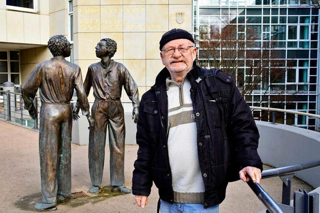 Egon Treffeisen vor dem Landratsamt in...ührerschein durfte er nicht mitnehmen.  | Foto: Thomas Kunz