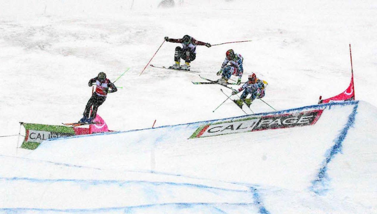 Wegen starken Schneefalls musste das Rennen abgebrochen werden.  | Foto: dpa