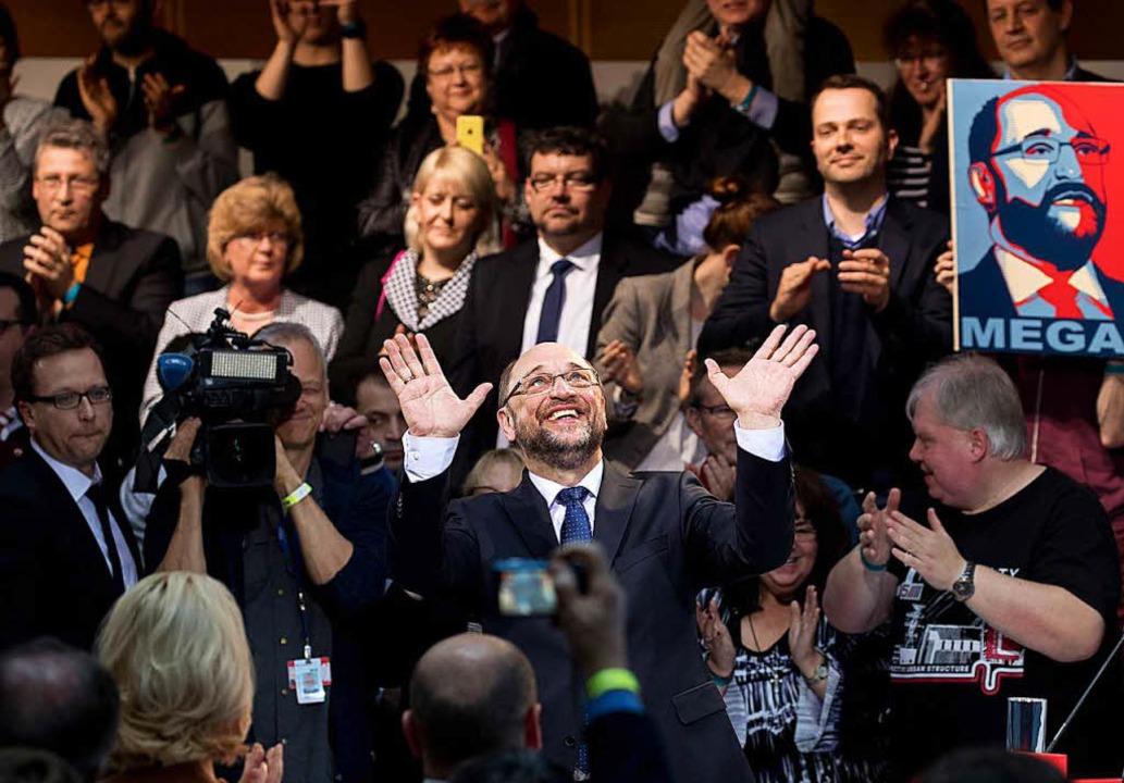 Martin Schulz aus dem nordrheinwestfäl...gebung freuen sich die SPD-Mitglieder.  | Foto: dpa