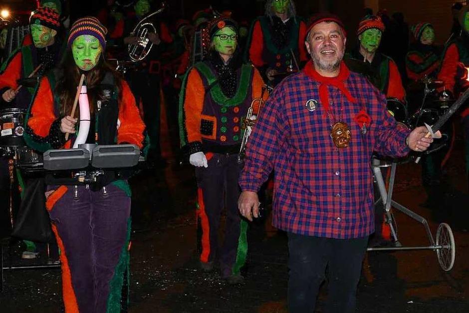 Oberhexe Christian Ruthe und die Hinterbachsürpfler aus Dangstetten führten den Wehrer Nachtumzug an. (Foto: Hrvoje Miloslavic)