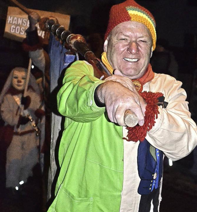 Ortsvorsteher Manfred Furtwängler mit der Fahne voraus.    Foto: Liane Schilling