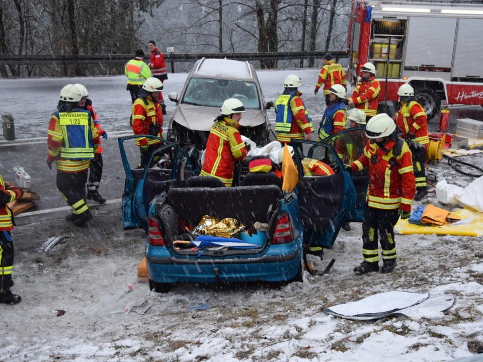 Drei Menschen sind auf der B 31 beim F...verschneiter Fahrbahn verletzt worden.  | Foto: kamera 24