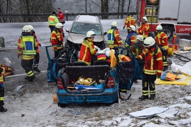 Drei Menschen nach Unfall auf B 31 verletzt