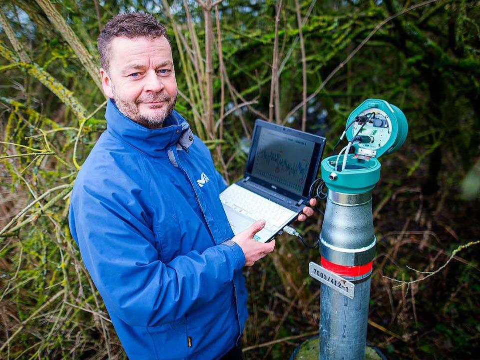 Grundwasserexperte Michel Wingering mi...e z.B. die Temperatur des Wassers aus.  | Foto: dpa