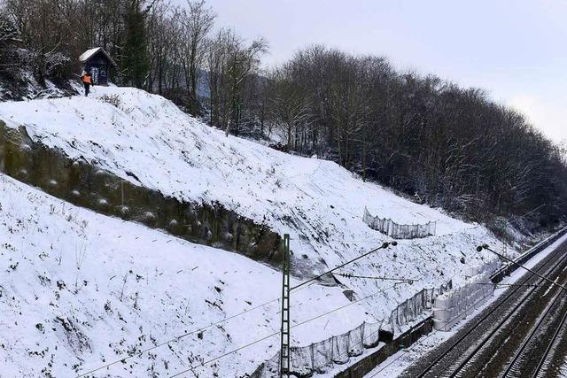 Bahn bohrt nachts Löcher, um Hang in St.Georgen zu sichern