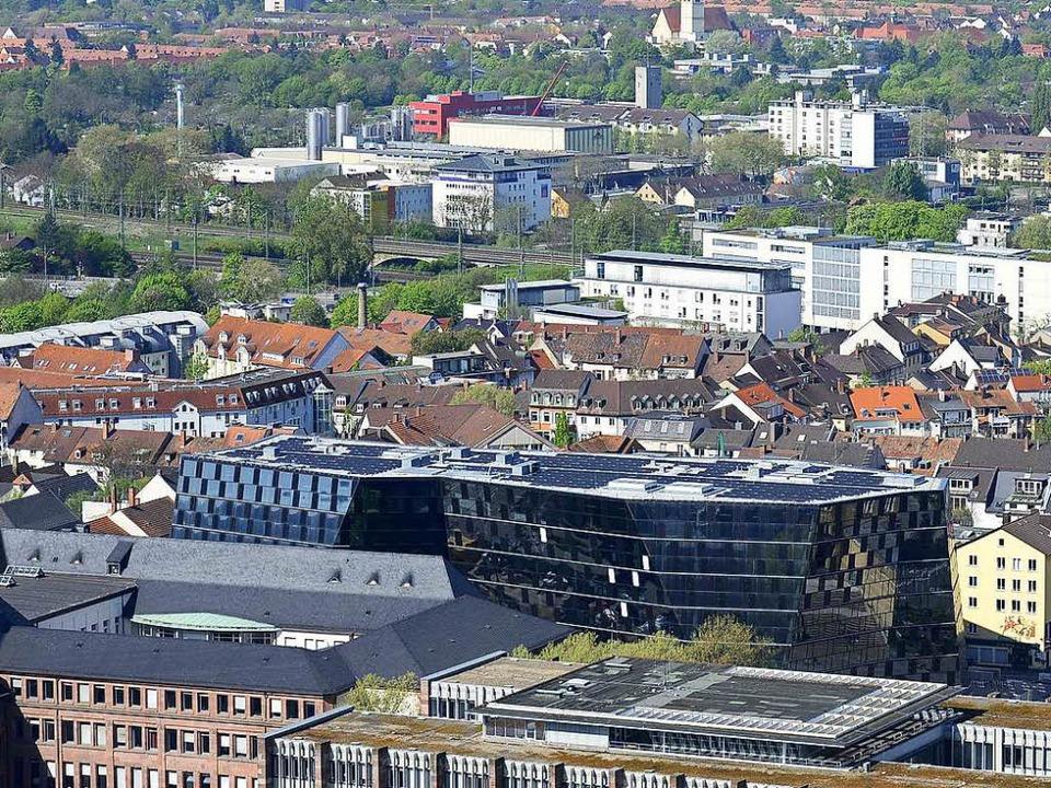 Ein Blick über die schwarzglänzende Unibibliothek aufs beliebte Sedanquartier   | Foto: Ingo Schneider