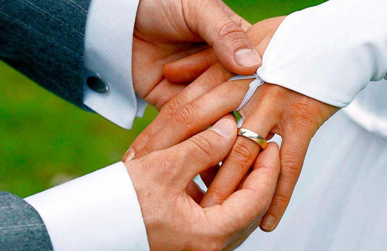 Katholiken, die nach Scheidung heirate...ell von der Kommunion ausgeschlossen.     Foto: dpa