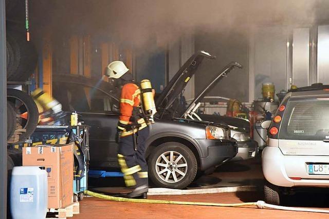 Explosionen in der Werkstatt – Auto fängt nachts Feuer