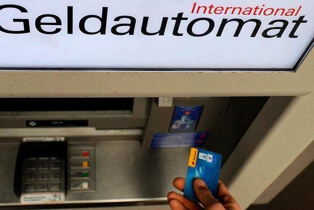 Zwei Räuber prügeln PIN-Nummer aus ihrem Opfer und plündern sein Bankkonto