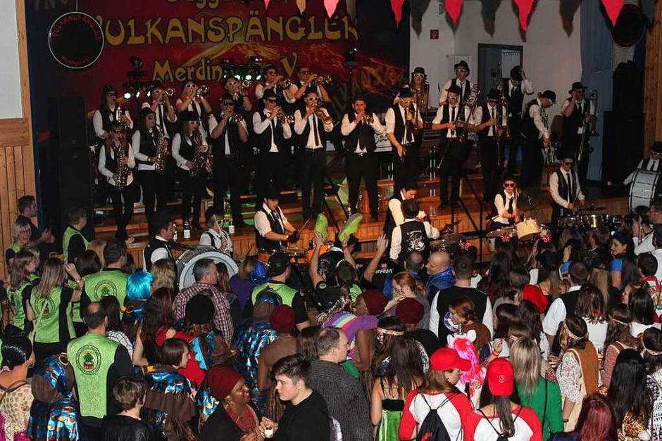 Trugen sogar Krawatten: die Musiker der  Guggemusik Oberrimsingen (Foto: Mario Schöneberg)