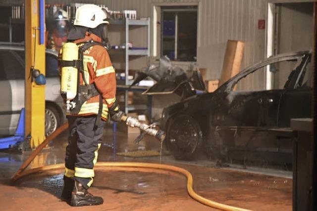 Auto brennt in der Reparaturwerkstatt