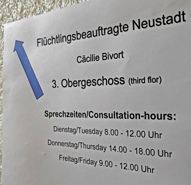 Der blaue Pfeil weist im Rathausnebengebäude den Weg zu Cäcilie Bivort.  | Foto: Peter Stellmach
